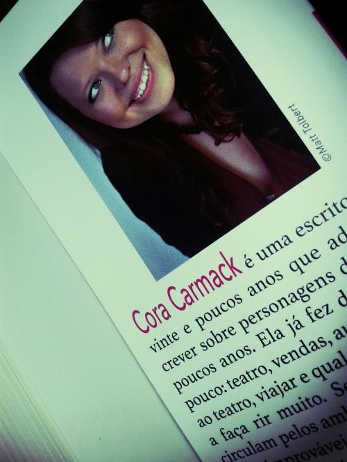 Fingindo- Cora Carmack
